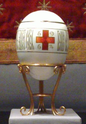 En 1915, en plein conflit mondial, Nicolas II commande un oeuf évoquant la Croix Rouge, auprès desquelles l'impératrice et ses filles sont engagées.