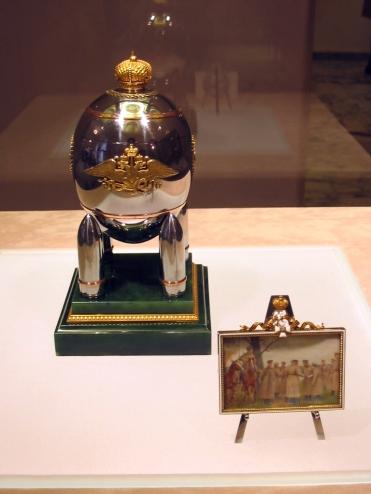 Steel Military Egg - 1916 - Lors de la Première Guerre Mondiale, la famille Impériale décida de renoncer aux métaux précieux et l'oeuf fut réalisé en acier.