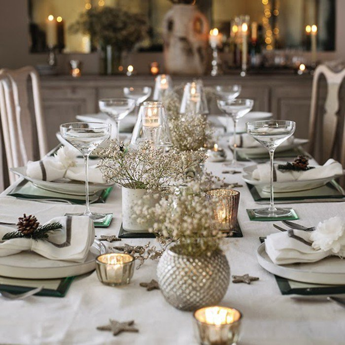 Une déco qui a presque tout bon, avec ses bougies installées dans de véritables chandeliers, et pas en équilibre instable sur la table (la table est ravissante mais encore un peu encombrée).