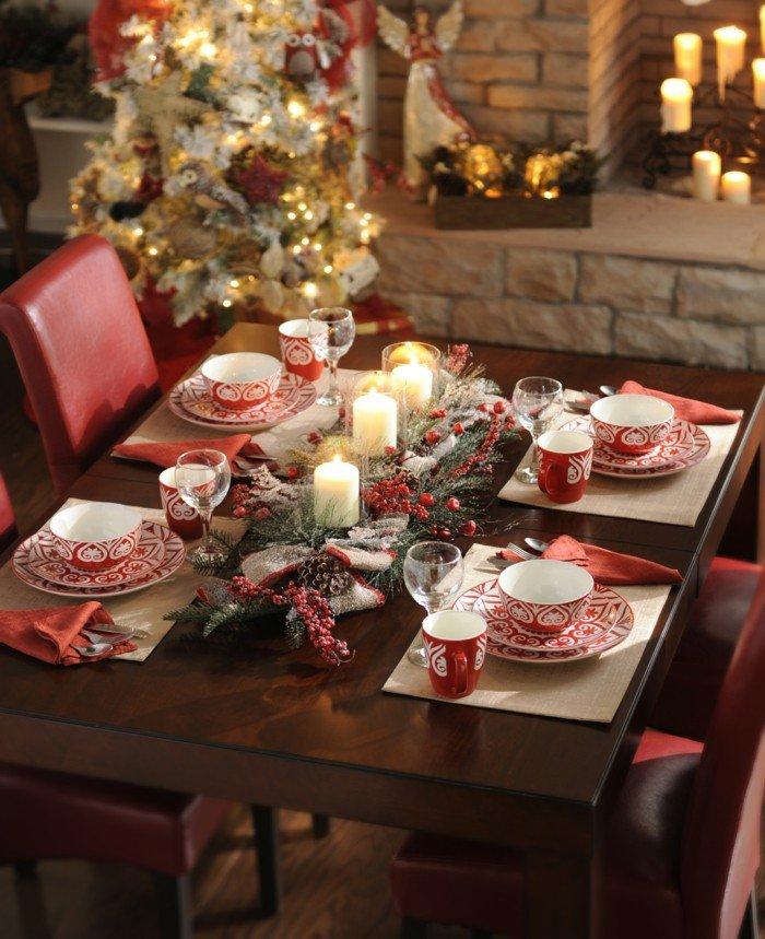 Avec une nappe unie blanche (ou comme ici, à même une table en bois), on s'autorise la vaisselle à motif façon chalet).